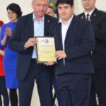 Сергей Тарасов вручает грамоту бронзовому призёру Всероссийского турнира по греко-римской борьбе Матвею Жеманову